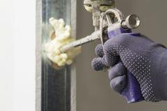 Die Arbeitskraft installiert die Tür Lizenzfreies Stockbild