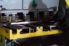 Die Arbeitskraft nimmt an dem Ausschnitt des Metalls auf dem Produktionsautomatenwerkzeug teil, metallschneidend, Nahaufnahme lizenzfreie stockfotos