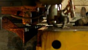 Die Arbeitskraft nimmt an dem Ausschnitt des Metalls auf dem Produktionsautomatenwerkzeug teil, metallschneidend, Werkzeug stock video