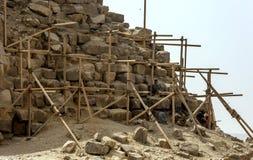 Die Arbeitskräfte, die einen Eckabschnitt Bent Pyramids bei Dahshur in Ägypten wieder herstellen, nehmen eine Ruhepause Stockfotos