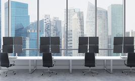 Die Arbeitsplätze eines modernen Händlers in einem hellen modernen Büro des offenen Raumes Weiße Tabellen ausgerüstet mit den Sta Lizenzfreie Stockfotografie