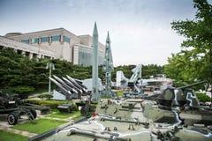 Die Architektur und die nicht identifizierten Touristen sind im Kriegs-Denkmal von Korea Lizenzfreie Stockbilder