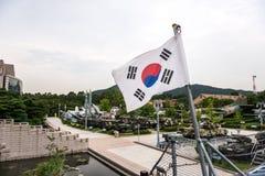 Die Architektur und die nicht identifizierten Touristen sind im Kriegs-Denkmal von Korea Stockbilder