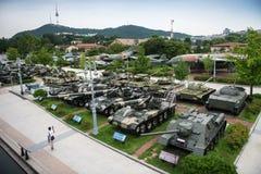 Die Architektur und die nicht identifizierten Touristen sind im Kriegs-Denkmal von Korea Stockbild