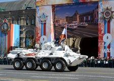 Die arktische Version des BTR-82A mit einer Fahne an der Hauptprobe der Parade eingeweiht Victory Day Stockfotografie