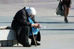 Die arme alte Frau. Stockfoto