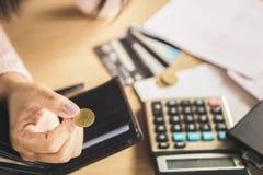 Die Armehand, die Münze nach Zahltag hält, Konkurs brach stockfotos