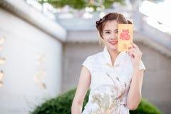 Die Asiatin auf Chinesisch kleiden das Halten des Distichons 'glücklich' (Rippenstück lizenzfreies stockfoto