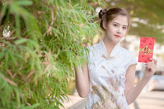 Die Asiatin auf Chinesisch kleiden das Halten des Distichons 'glücklich' (Rippenstück lizenzfreie stockfotografie