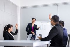 Die asiatische Gruppe des Teams, die mit der Hand sich bespricht, heben oben zusammen in Konferenz im Büro, Frage und Antwort, G lizenzfreie stockfotografie
