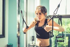 Die asiatische junge Frau, die elastisches Seil tut, trainiert an der Quereignung stockfotos