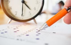 Die asiatischen Studenten, die optische Gestalt von standardisierten Prüfungen annehmen, nähern sich Al stockfotos
