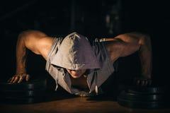 Die Athletenstöße, Pressungen vom Boden, ist er stark und robust stockbilder