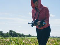 Die athletische junge Frau, die Sport tut, trainiert draußen Gesundes Lebensstilkonzept Lizenzfreies Stockbild