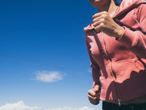 Die athletische junge Frau, die Sport tut, trainiert draußen Gesundes Lebensstilkonzept Lizenzfreie Stockfotografie