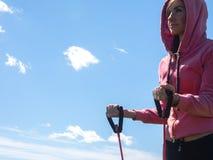 Die athletische junge Frau, die Sport tut, trainiert draußen Gesundes Lebensstilkonzept Stockfoto