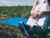 Die athletische junge Frau, die Sport tut, trainiert draußen Gesundes Lebensstilkonzept Stockfotografie