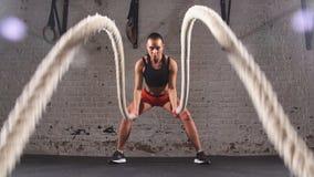 Die athletische junge Frau, die etwas crossfit tut, trainiert mit einem Innen Seil Langsame Bewegung stock footage