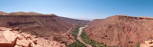 Die Atlas-Berge in Marokko, bestanden aus roten Felsen und der Regelung der Berbers in der Schlucht stockfotografie
