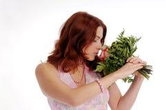 Die attraktive Frau des jungen Redhead mit stieg lizenzfreie stockfotografie