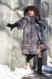Die attraktive Frau in einem Pelzmantel vom Silberfuchs ist photog Lizenzfreies Stockfoto