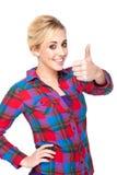 Die attraktive junge Frau, welche die Daumen gibt, Up Zeichen Lizenzfreie Stockfotografie