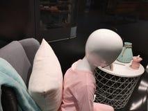 Die Attrappe der Kinder in der Kleidung Das Mannequin der Kinder, gekleidet in einer rosa Strickjacke, sitzend auf einem Stuhl, S stockbilder