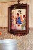 Die Attribute der orthodoxen Kirche, Guss, Ikone, Kreuz, Gebetsraum innerhalb der Kirche Lizenzfreie Stockfotos