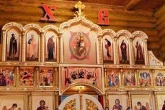 Die Attribute der orthodoxen Kirche, Guss, Ikone, Kreuz, Gebetsraum innerhalb der Kirche Stockfotografie