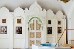 Die Attribute der orthodoxen Kirche, Guss, Ikone, Kreuz, Gebetsraum innerhalb der Kirche Lizenzfreies Stockfoto