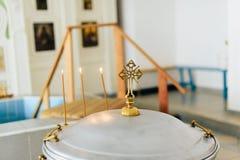 Die Attribute der orthodoxen Kirche, Guss, Ikone, Kreuz, Gebetsraum innerhalb der Kirche Lizenzfreie Stockbilder