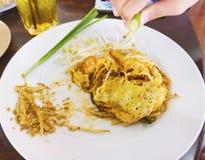 Die Auflage, die thailändisch ist, ist ein thailändischer Teller, die Nudeln des weißen Reises, die mit sauc angebraten werden stockbild