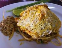 Die Auflage, die thailändisch ist, ist ein thailändischer Teller, die Nudeln des weißen Reises, die mit sauc angebraten werden stockfoto