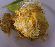 Die Auflage, die thailändisch ist, ist ein thailändischer Teller, die Nudeln des weißen Reises, die mit sauc angebraten werden lizenzfreie stockfotografie