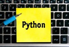 Die Aufschrift 'PYTHONSCHLANGE 'auf einem gelben Blatt des Aufkleberpapiers lizenzfreie abbildung