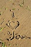 Die Aufschrift auf dem Sand ich liebe dich Stockbild