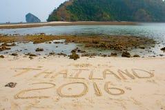 Die Aufschrift auf dem Sand Thailand 2016 Krabi, Thailand Lizenzfreie Stockfotos