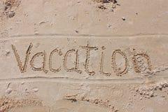 Die Aufschrift auf dem Strandsand - Ferien lizenzfreie stockfotos