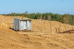 Die Aufschrift auf der Platte - die Gefahrenzone, technologisches Gebäude am Steinbruch für die Produktion des Kieses Lizenzfreie Stockfotos