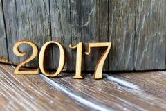 Die Aufschrift 2017 auf hölzernem Hintergrundstumpf Lizenzfreie Stockfotografie