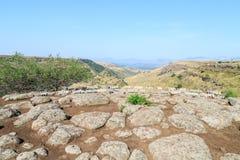 Die Aufschrift auf Hebräisch im Gamla-Naturreservat auf Golan Heights von den Metallbuchstaben eingeweiht den Erbauern der Stadt lizenzfreies stockbild