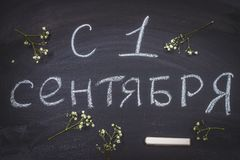 Die Aufschrift auf russisch ist am 1. September Kreide auf einer Tafel Stockbild