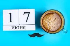 Die Aufschrift auf russisch - 17. Juni Postkarten auf dem Thema von Vater ` s Tag Stockbilder