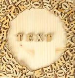 Die Aufschrift in den hölzernen Buchstaben Von den Buchstaben machen Sie das tex lizenzfreie stockbilder