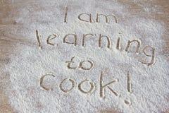 Die Aufschrift des Mehls, das ich lerne zu kochen lizenzfreies stockfoto