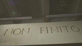 Die Aufschrift die Durchschnitte ist es nicht das Ende auf der grauen Wand Lokalisierter NICHT FINITO-Text, Akronym von altem Rom stock video