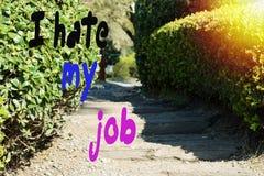 Die Aufschrift, hasse ich meinen Job, vor dem hintergrund des Weges im Park an einem sonnigen Sommertag lizenzfreie stockbilder
