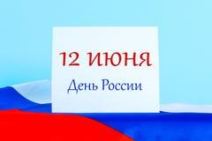 Die Aufschrift ist am 12. Juni, der Tag von Russland Trikolore der Flagge von Russland Lizenzfreies Stockbild