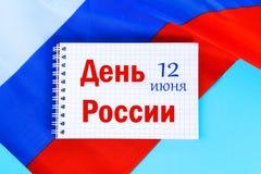 Die Aufschrift ist am 12. Juni, der Tag von Russland Trikolore der Flagge von Russland Stockbilder