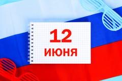 Die Aufschrift ist am 12. Juni, der Tag von Russland Trikolore der Flagge von Russland Stockfotografie